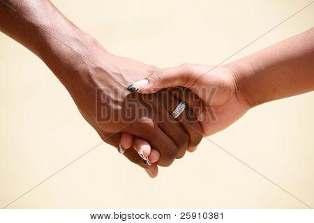 hält ein paar Hände