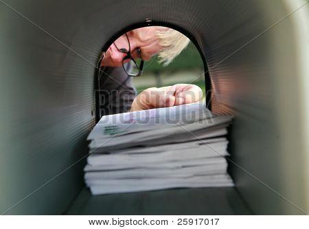 ein Mann liefern oder empfangen von e-Mails in einem Postfach