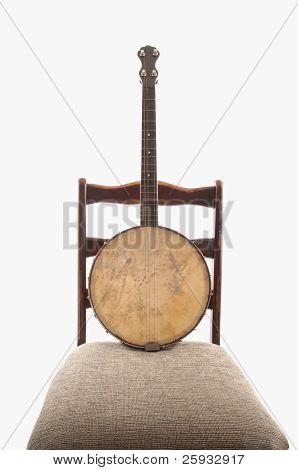 Antike Banjo auf antiken Stuhl