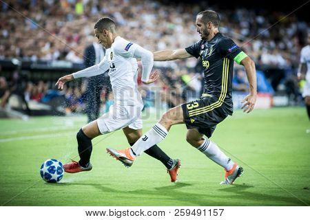 VALENCIA, SPAIN - SETEMBER 19: (L) Rodrigo and Chiellini during UEFA Champions League match between Valencia CF and Juventus at Mestalla Stadium on September 19, 2018 in Valencia, Spain
