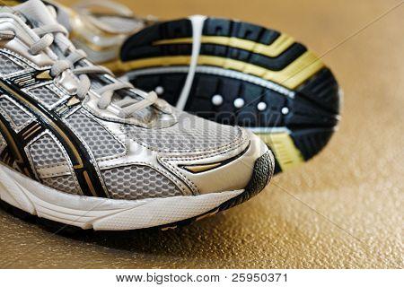 New men's running shoes