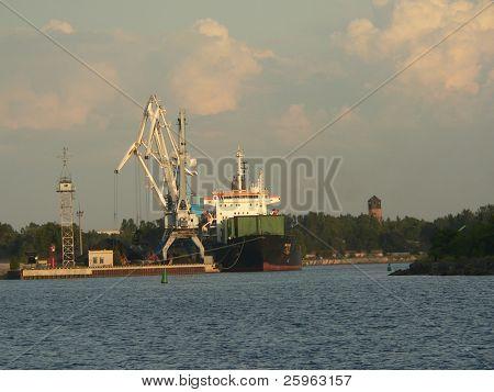 Cranes shiping vessel