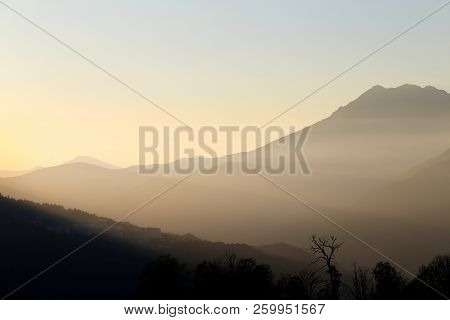 Stock Foto Beautiful Bright Background Landscape Sunset In The Mountains