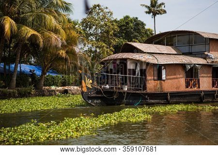 Kerala's Landmark Is A Pleasure Boat And House-boat On The Seaweed-covered River Channels Of Allapuz
