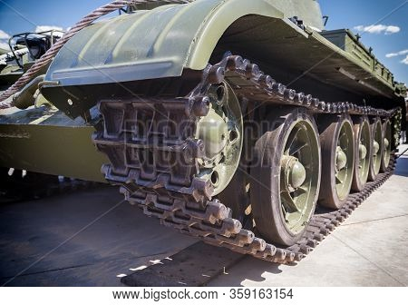 Tank Caterpillar, Iron Wheels, Tank Undercarriage Close Up, Metal Wheels Close Up, Tank Wheels