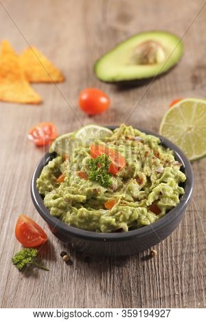 guacamole with spicey and tortilla chips