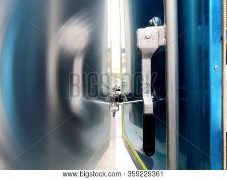 The Handle Lock Car Doors Back Door For Pickup.the Lock Cabinet Door For Pickup Truck.safety Concept