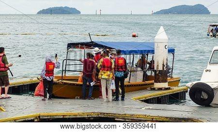 Kota Kinabalu,sabah-dec 12,2018:group Of Tourist Ready To The Manukan Island In Boat Jetty Of Kota K