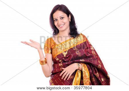 Traditional Woman With Presentation Gestuire