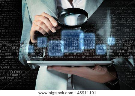 Zakenvrouw met Vergrootglas glas behandeling van binaire code