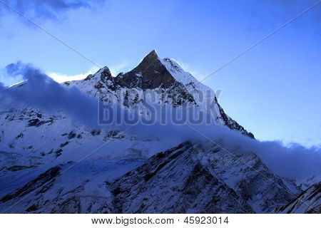 Trekking In Nepal-Himalaya: Fishtail Peak In der Dämmerung