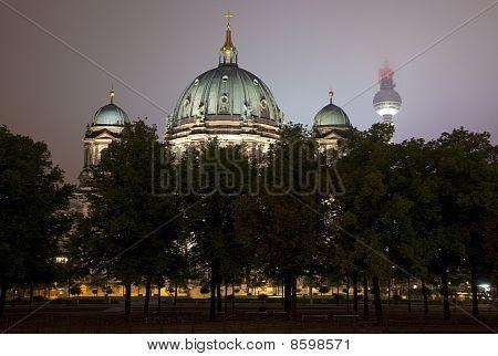 Berliner Dom a televizní věž v Berlíně