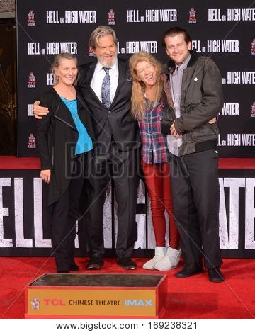 LOS ANGELES - JAN 6:  Susan Bridges, Jeff Bridges, Cindy Bridges, Boone Cunningham at the Jeff Bridges Hand and Foot Print Ceremony at TCL Chinese Theater IMAX on January 6, 2017 in Los Angeles, CA