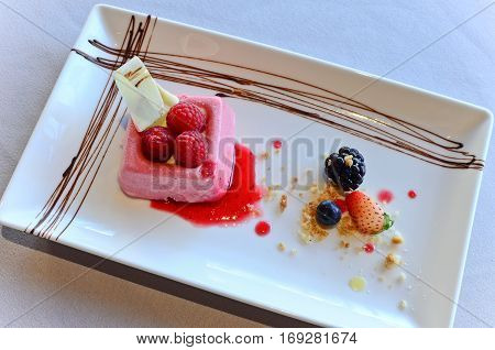 Raspberry yoghurt with almond crumble berry cilis