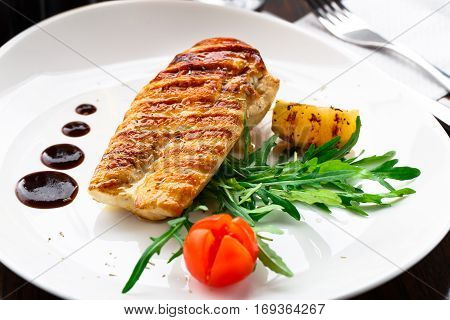 Grilled chicken breast with arugula and cherry tomato