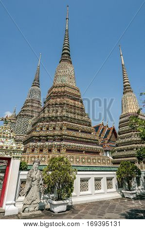 Thailand Bangkok. Temple of the Reclining Buddha (Wat Pho). A group of four large chedi (mortar) - a symbol of power nosudarstvennoy Chakri dynasty.