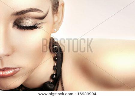 schöne junge Frau mit hellen make-up