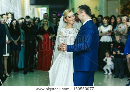 People Surround A Stylish Wedding Couple While They Dance At The First Time