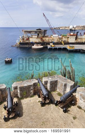 It looks like the industry is protected by the old cannons of fort Beekenburg on Curacao