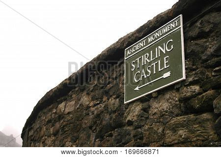 Sign in the old town of Stirling, pointing to Stirling Castle