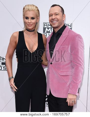LOS ANGELES - NOV 20:  Jenny McCarthy and Donnie Wahlberg arrives to the American Music Awards 2016 on November 20, 2016 in Hollywood, CA