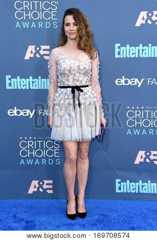 LOS ANGELES - DEC 11:  Linda Cardellini arrives to the Critics' Choice Awards 2016 on December 11, 2016 in Hollywood, CA