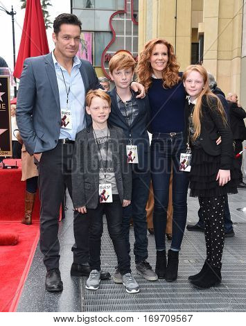 LOS ANGELES - DEC 15:  Robyn Lively, Bart Johnson, Baylen Johnson, Kate Johnson and Wyatt Johnson arrives the Walk of Fame honoring Ryan Reynolds on December 15, 2016 in Hollywood, CA