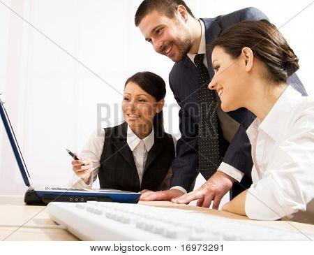 看着笔记本显示器和讨论新的项目的行政雇员的肖像