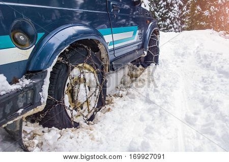 Cars off the road with chains in difficulty in the deep snow