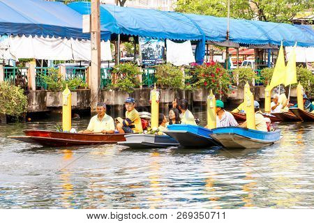 Samutsakorn, Thailand - July 27, People In Boat Parading Traditional Of Candles To Temple At Katumba