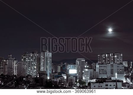 Seoul, South Korea - 08.05.18: Building Of The City With Modern Buildings In Korea, Night View. Beau