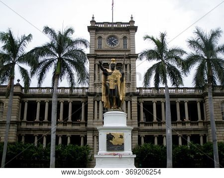 Statue Of King Kamehameha In Downtown Honolulu, Hawaii.  Statue Stands Prominently In Front Of Aliʻi