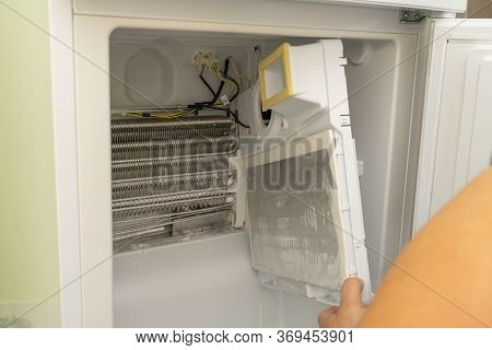 Master Removed The Refrigerator Freezer Fan For Repair, Water In The Refrigerator, The Refrigerator