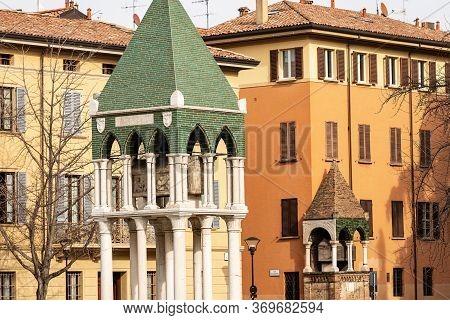Bologna, Two Medieval Tombs In Piazza San Domenico. Tomb Of Glossator Egidio Foscherari And Tomb Of