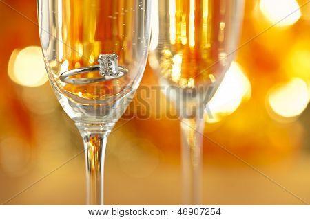 Champagner-Gläser mit Engagement Schmuck