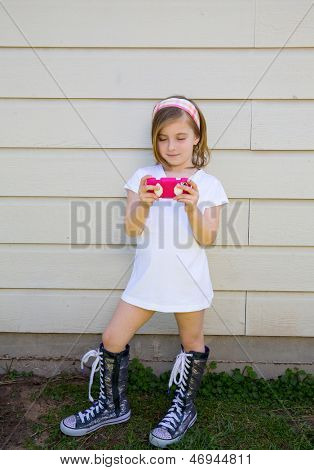 Blond mode jongen meisje spelen met roze smartphone