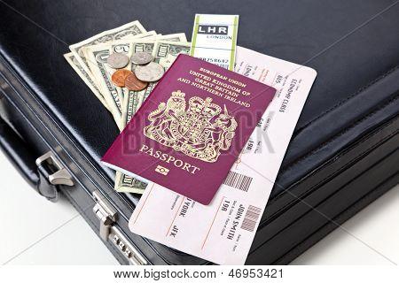 Mala, passaporte, passagem aérea, etiqueta de bagagem e dinheiro. Os ingressos e rótulos são mock ups um