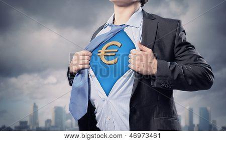 Imagen de joven empresario en traje de superhéroe con el símbolo del euro en el pecho