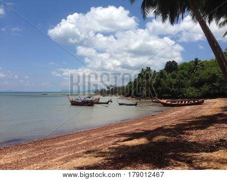 Paisaje playa barco arena agua cristalina roca