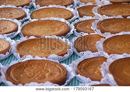 Pastel con el símbolo del Lauburu postre típico del País Vasco. vendido en mercados al aire libre.
