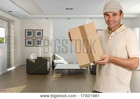 Bote mit einen Karton in ein Wohngebäude