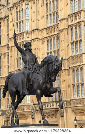 LONDON, GREAT BRITAIN - SEPTEMBER 7, 2014: It is a monument to the legendary King Richard the Lionheart at the walls of the Parliament of Great Britain.