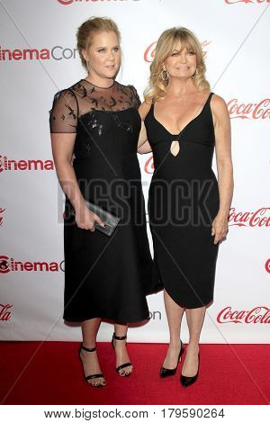 LAS VEGAS - MAR 30:  Amy Schumer, Goldie Hawn at the CinemaCon 2017 - The CinemaCon Big Screen Achievement Awards at the Caesars Palace on March 30, 2017 in Las Vegas, NV