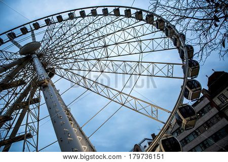 A big ferris whell on a grey sky