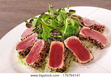 Tuna in sesame seeds with green salad