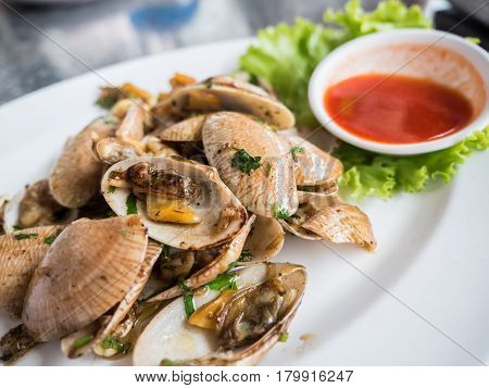 Clamshell stir fried with herb and tomato sauce