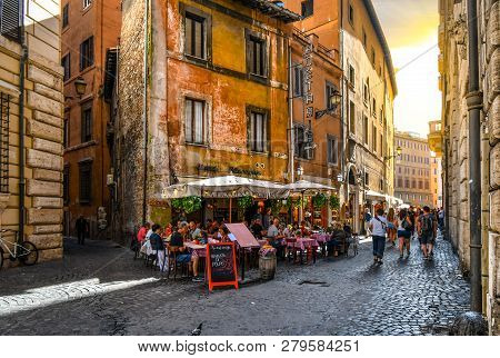 Rome, Italy - September 29 2018: Tourists And Local Italians Enjoy A Late Afternoon Shopping And Din