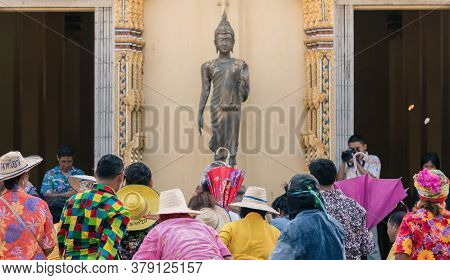 Ratchaburi -thailand-april 14: Unidentified People Join The Ordination Enjoy Compete The Coins Throw