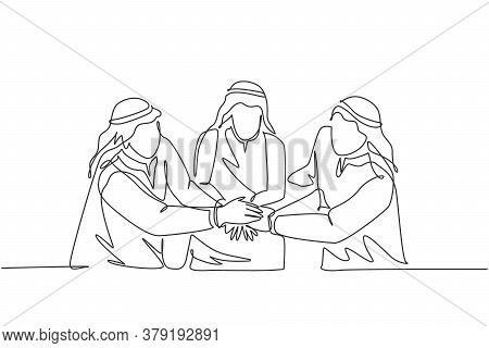 One Continuous Line Drawing Of Young Muslim Marketing Manager Deal A Project Together. Saudi Arabian