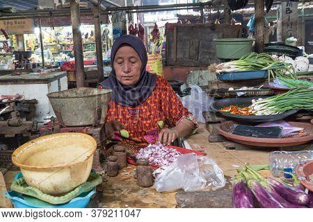 Surabaya, Indonesia - November, 05, 2017: Woman Cutting Onions At The Market In Surabaya In Indonesi
